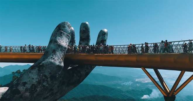 giant-hands-holding-up-golden-bridge-on-ba-na-hills-da-nang-vietnam-3
