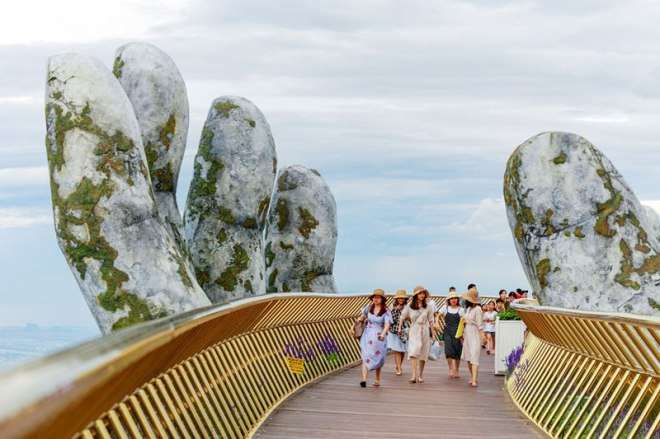 giant-hands-holding-up-golden-bridge-on-ba-na-hills-da-nang-vietnam-5